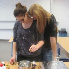 Alex und Kathi der 2HGA rühren eine Creme